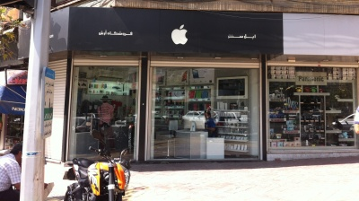 Iran threatens to ban Apple phones