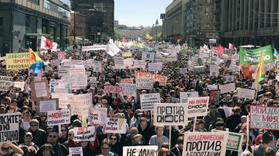 Tens of thousands protest against housing demolition in Moscow