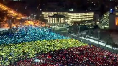50,000 protesters create giant Romanian flag in Bucharest
