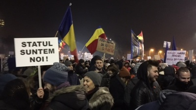 Bucharest protesters signal peaceful intent with flowers at latest mass anti-corruption rally