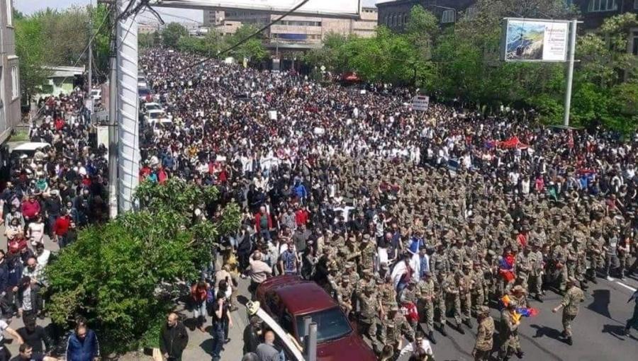 Kariai prisijungė prie protestų Armėnijoje...